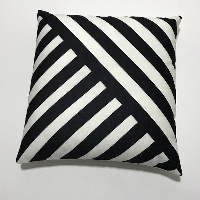 Resim  Nevresim Dünyası White Black Kırlent Kılıfı - 43x43 cm